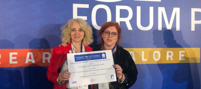 Paola Milani e Chiara Voutcinitch mostrano il diploma di merito ricevuto